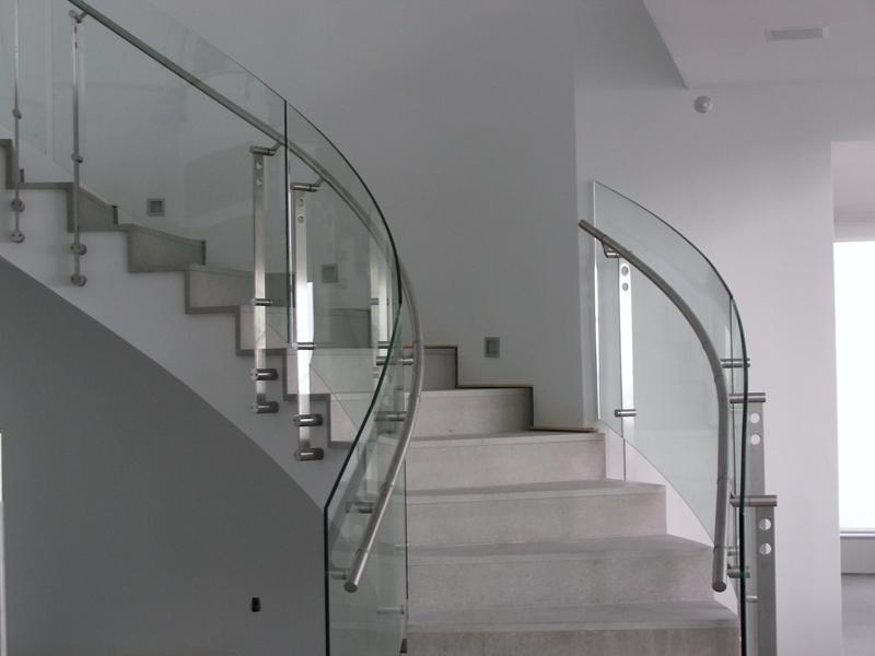 Гнутое стекло для лестниц
